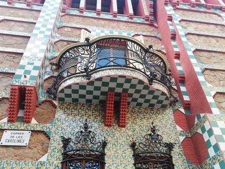 Balcón en la fachada de la Casa Vicens de Gaudí