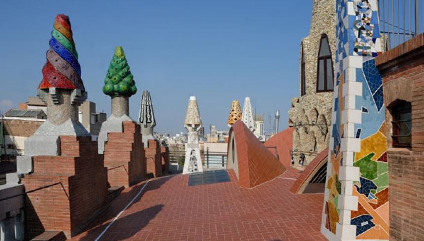 Coloristas chimeneas del Palacio Güell de Gaudí