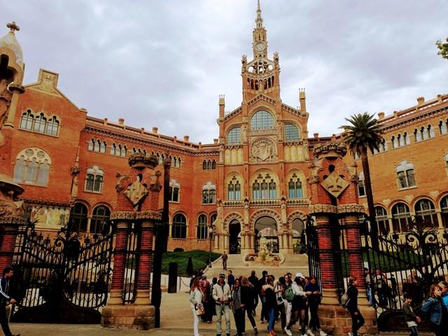 ENtrada principal del recinto modernista del Hospital de Sant Pau en Barcelona