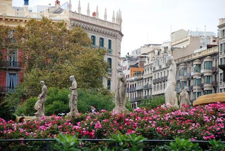 Esculturas y fuentes en la Plaza Catalunya de Barcelona