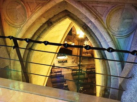 Feligreses rezando en la Cripta de la Sagrada Familia
