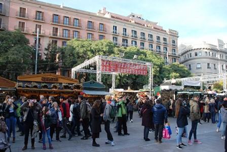 Feria de Santa Lucía junto a la Catedral de Barcelona en el Barrio Gótico