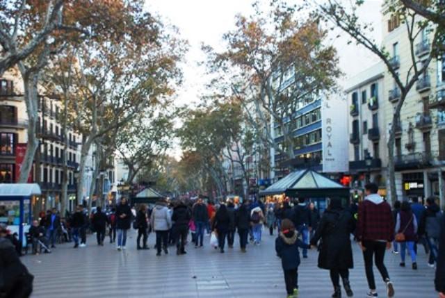 Gente paseando por Las Ramblas de Barcelona