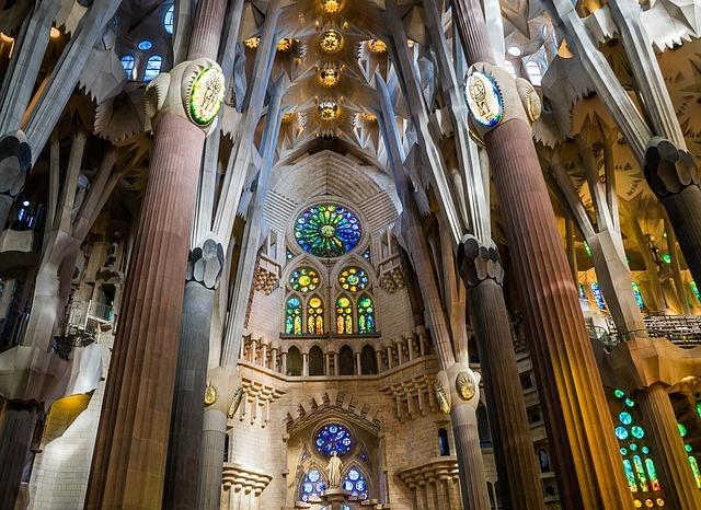 Interior de la Basílica de la Sagrada Familia en Barcelona
