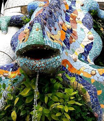 La fuente del dragón en trencadís en el Park Güell