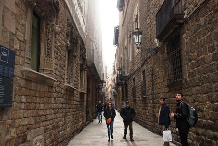 Las estrechas y laberínticas calles del Barrio Gótico en Barcelona