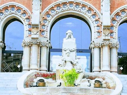 Escultura en homenaje a Pau Gil, benefactor del Hospital de Sant Pau