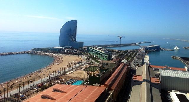 Playa de San Sebastián en la Barceloneta con el singular hotel W al fondo
