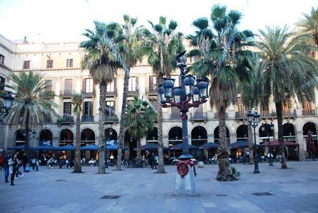 Plaza Real, pegada a las Ramblas de Barcelona