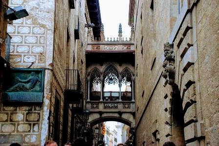 Pont del Bisbe o Puente del obispo en el Barrio Gótico de Barcelona