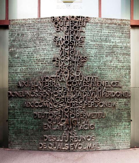 Puertas de bronce de Josep María Subirachs, con el Padre Nuestro en la Sagrada Familia