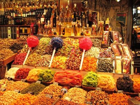 Puestos detallistas en el Mercado de la Boquería de Barcelona
