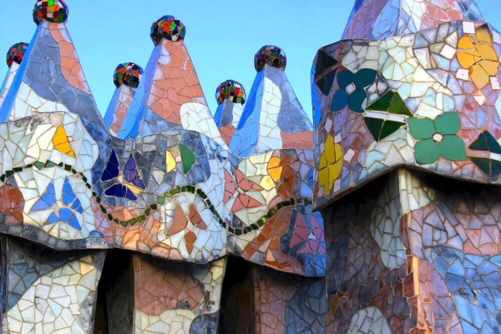 Trencadís en las chimeneas de la Casa Batlló de Gaudí