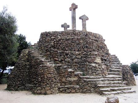ritual al Turó de las 3 creus o al Calvario de las 3 cruces de Gaudí