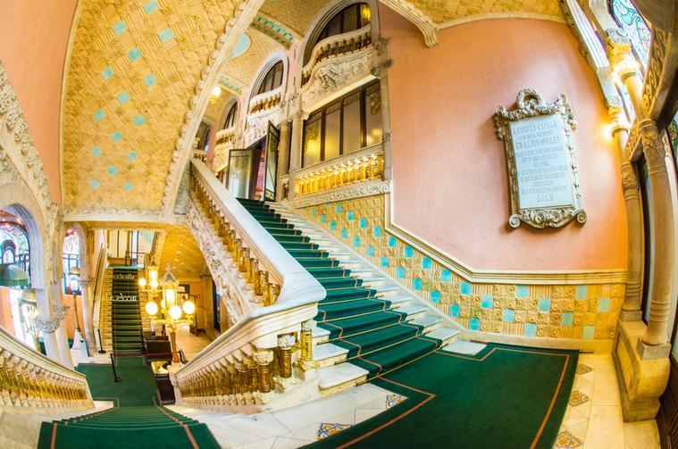 Vestíbulo y escaleras majestuosas del Palau de la Música de barcelona