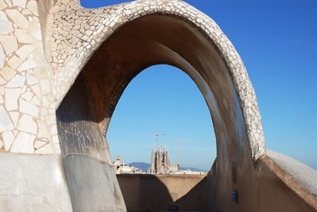 Foto de la Sagrada Familia de Gaudí desde la azotea de la Pedrera
