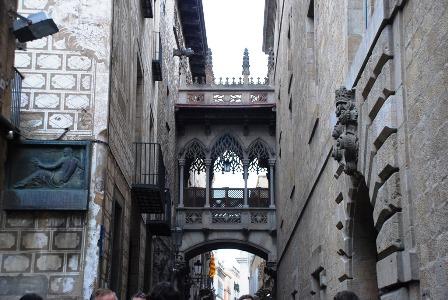 Pont del Bisbe o Puente del obispo en el Barrio Gótico en Barcelona