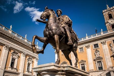 Colosal figura ecuestre de Marco Aurelio en la Piazza del Campidoglio en Roma