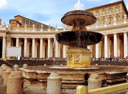 Fuente de la Plaza de San Pedro en el Vaticano