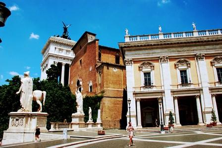 Iglesia de Santa María in Aracoeli y el Vittoriano, pegados a la Plaza del Campidoglio