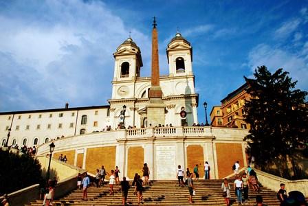 La Iglesia Trinidad del Monte y el obelisco egipcio en la Plaza de España de Roma