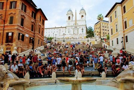 Escalinata y fuente de la Plaza de España en Roma