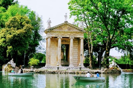 Barcas en el lago frente al Templo de Esculapio en el Parque de Villa Borghese