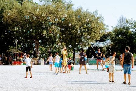 Divertidas pompas en el Piazza Napoleone del parque de Villa Borghese