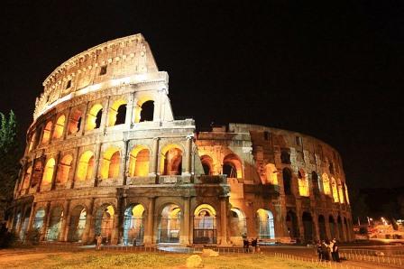 El Coliseo iluminado de noche