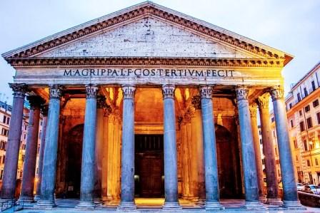 El Panteón de Agripa iluminado de noche