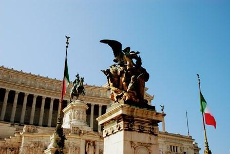 Esculturas y banderas italinas en el Vittoriano