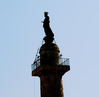 Estatua de San Pedro coronando la Columna de Trajano