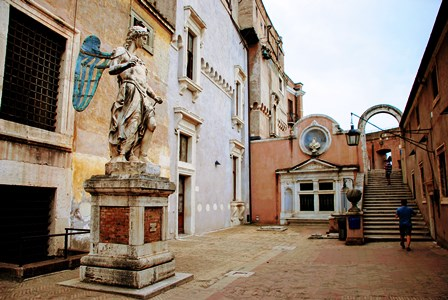 Estatua original del arcángel en el interior del Castillo de Sant´Angelo