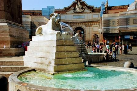 Leones bajo el obelisco de la Piazza del Popolo en Roma