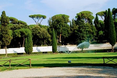 Niños refrescándose con los aspersores en el Parque de Villa Borghese