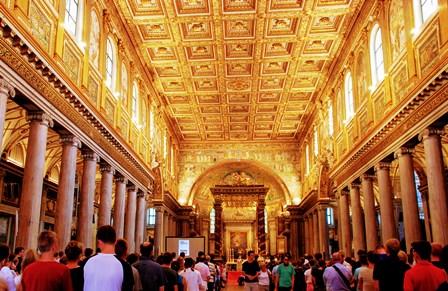 Techos realizados en oro traido de las Américas en la Basílica de Santa María la Mayor