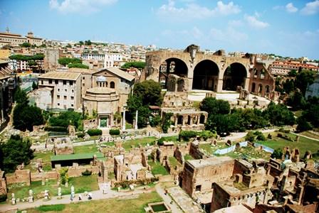 Templo de Rómulo, junto a la Basílica de Majencio en el Foro Romano