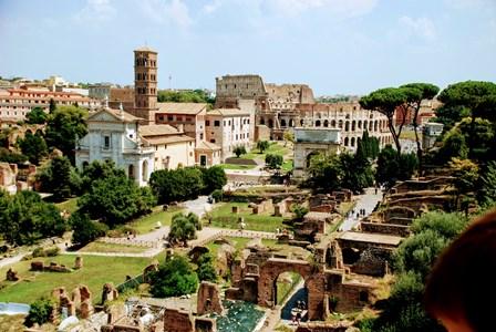 Vistas del Coliseo y el Foro Romano, desde la terraza del Palatino