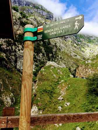 Carteles indicando la Ruta del Cares en Asturias