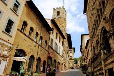 Empinadas calles de Arezzo, con enormes casa torre