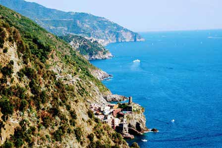 Espectaculares vistas del agua azul y los pueblos de Cinque Terre