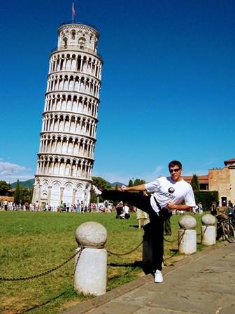 Foto típica de la torre inclinada de Pisa... en versión karateka