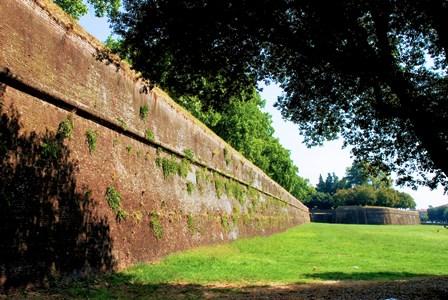 Impresionantes murallas transitables que rodean Lucca