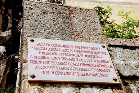 Placa homenaje a Don Pelayo y a los Reyes Católicos en Covadonga