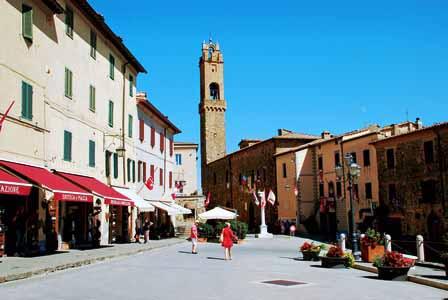 Plaza del pueblo de Montalcino en la Toscana