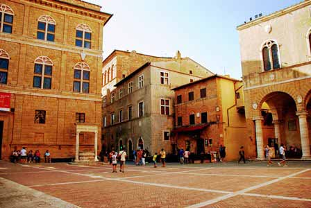 Plaza del pueblo de Pienza en la Toscana