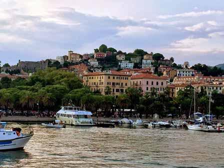 Puerto de la Spezia con el pueblo de fondo