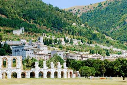 Vista de Gubbio desde el anfiteatro romano