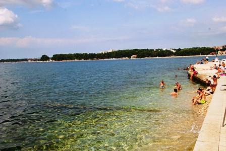 Aguas cristalinas en las playas de Porec (Croacia)