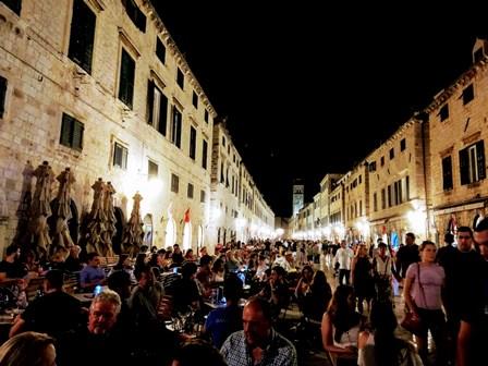 Ambientazo en las noches de Dubrovnik